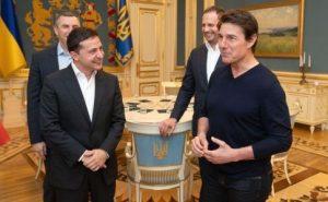 Том Круз приехал в Киев: зашел в метро и на Банковую к Зеленскому